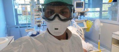 Liese staat op een gang met coronapatiënten in coma